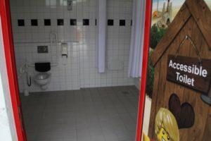 Legoland-Feriendorf-behindertengerechte-Toilette